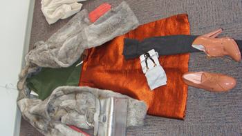 Jas van Essentiel-rok en trui van Louis Vuitton-schoenen van Sonia Rykiel-handtas vanDelvaux